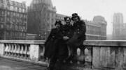 Sur une photo en noir et blanc, Martha Arsenault est photographiée aux côtés de deux autres membres de l'Aviation en France.