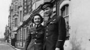 Martha Arsenault est photographiée aux côtés d'un homme en uniforme (photo en noir et blanc)