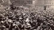 Photo datant de 1945 montrant une foule dense célébrant la fin de la Deuxième Guerre mondiale au Trafalgar Square