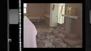 Des blocs de ciment sont jonchés sur le sol de la sacristie entre l'autel et le tabernacle.