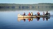 Stanley Vollant navigue à bord d'un canot avec six autres personnes