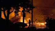 Des pompiers devant un brassier