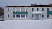 Les forts vents ont soulevé la toiture de la petite école.