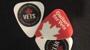 Deux médiators aux couleurs du programme Guitars for Vets.