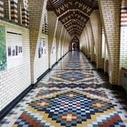 Un cameraman au bout d'un long corridor à l'Abbaye de Sainte-Benoit-du-Lac