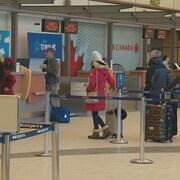 Des voyageurs font la file à l'Aéroport international Roméo-LeBlanc de Moncton.