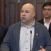 Les quatre hommes s'adressent aux médias à Ottawa.