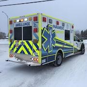 Une ambulance est stationnée.