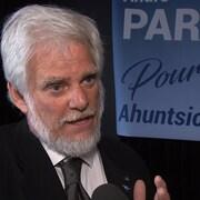 André Parizeau lors d'un point de presse.