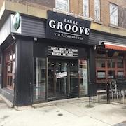 La façade d'un bar nommé Bar Le Groove.