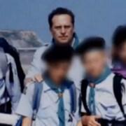 Entouré de scouts, le père Bernard Preynat.