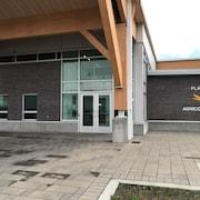 Un bâtiment avec le logo de Place Agnico-Eagle.