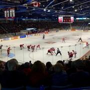 Les joueurs de l'équipe Canada qui affronte la Russie au colisée de Moncton pendant la série Canada-Russie.