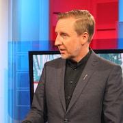 Dominic Cardy en entrevue dans un studio de télévision