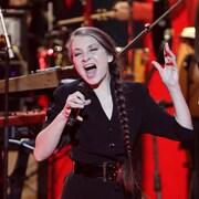 Catherine Ringer chante sur scène.
