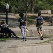 Deux jeunes font de la planche à roulettes.