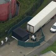 Une vue aérienne du camion et des installations policières.