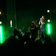 Le chanteur Karl Tremblay sur scène