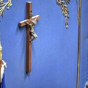 Un crucifix sur un mur