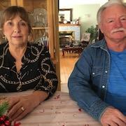 Derek Knowles et son épouse Lorraine posent dans leur maison de Petit-Rocher.