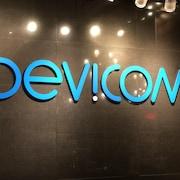 Un mur sur lequel on peut lire Dévicom.