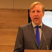 Dominic Cardy prenant la parole durant une conférence de presse.