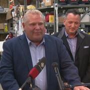 Le premier ministre Doug Ford et le ministre du Développement du Nord, Greg Rickford, en conférence de presse.