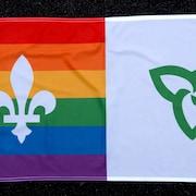 Un drapeau dont la moitié est le drapeau franco-ontarien et l'autre, celui de la fierté LGBTQ+.