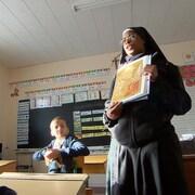 L'enseignement religieux est quotidien et offert par des prêtres en soutane ou par des religieuses voilées.