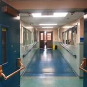 Un corridor d'école vide.