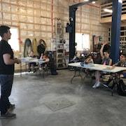 Un enseignant devant ses élèves dans un garage transformé en classe.