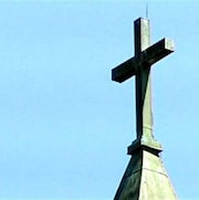 La croix d'un clocher d'église.
