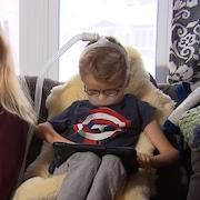 Émile est atteint d'amyotrophie spinale de type 2, une maladie génétique rare avec sa maman