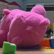 Un ourson en peluche entouré de petits jouets