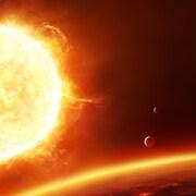 Image de synthèse d'un soleil entouré d'une planète et de lunes.