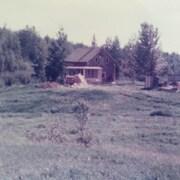 Une vieille photo d'une maison dans un village rural dans les années 80.