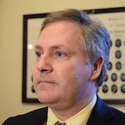 Glen Savoie s'adresse aux journalistes dans un couloir de l'édifice de l'Assemblée législative du Nouveau-Brunswick.
