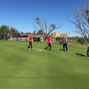 Des golfeurs sur un vert.