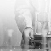 Photo d'un scientifique dans un laboratoire de recherche.
