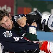Deux joueurs de hockey se battent