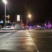 Plusieurs voitures de police et un périmètre de sécurité dans le marché By.
