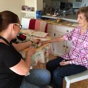 L'infirmière Karine Vigneault, du CLSC de Verdun, offre des soins à domicile à Lise Hatin, 77 ans.
