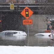 L'eau arrive à la hauteur des vitres des autos.
