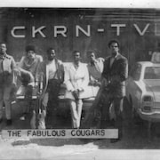Une photo d'archive d'un groupe de musiciens noirs devant les studios de CKRN-TV.