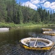 Un lac avec des enclos pour faire de la recherche scientifique.