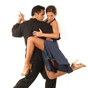 Une homme et une femme dansent le tango.