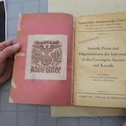 Ce livre porte le dessin d'un aigle stylisé, d'une croix gammée et les mots « Ex Libris Adolf Hitler »