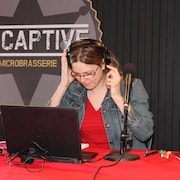Maude Rivard devant son ordinateur.