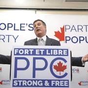 Maxime Bernier s'adresse à des militants pendant un rassemblement politique.