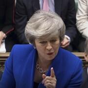Theresa May montre du doigt un opposant aux Communes.